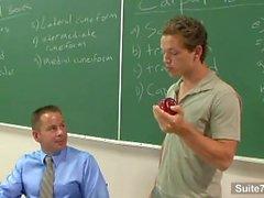 Syndig gay lärare blir spikad Andra glad deltagare för klassrummet