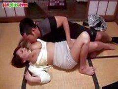 Busty asiatisk babe suger hans kuk och sedan sitter på den för att knulla