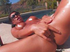 Den asiatiska baben Åsa Akira plays hennes fitta by the pool