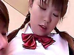 Cute schoolgirl rencontre son copain et est fingered fo
