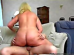 Busty blondi Venäjän täti puhaltaa ja paukuttaa hänen veljenpoikansa ja imee hänet
