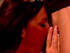brunette Tight Chase Evans se fait baiser et de sperme sur le cul