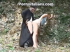 Italienischen Priesters fucks doggystyle Mädchen in den Wäldern - prete english scopa eine pecorina ragazza nel bosco porno italiano english