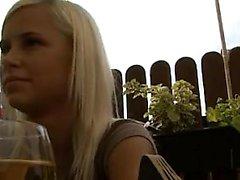 Sexig blond sträckt öppen av stor kuk