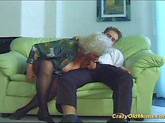 Сумасшедшая старой мамы получит большой петух устные и в киску глубоко