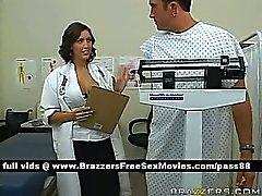 Ein Mann in einer Arztpraxis durch eine Heißes Brunettemädchen Doktor konsultierte