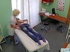 Assistente do atinge em seu paciente