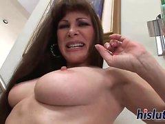 Raunchy cougar Alexandra yksinkertaisesti rakastaa masturboivaa