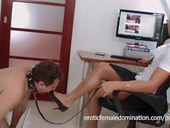 Schuh-Fetischist Frank reinigt ein Dominatrix High Heels