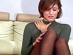 Милая подвергает стыковой подглядывание под юбки и розовые створки
