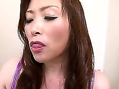 Miyama de Ranko mostra sua ala bizarro enquanto ela squats sobre o autoclismo para mija