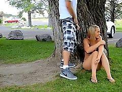 Fille souffle & baise sur un parc