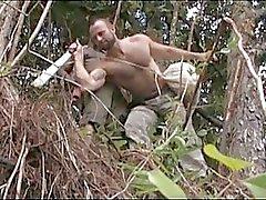 Vahva homo karhu on villiä seksiä metsässä