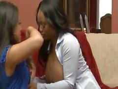 Jada Fire y de Kayne de Kay está dos lesbianas lujuriosos lamen y usando una Arnés consolador