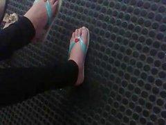 Teen feet at the subway station - Pezinhos da loirinha