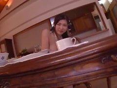 Anri Okita cocinando