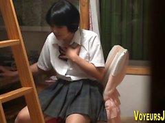 étudiant japonais frotte boîte