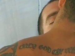 Heiße tattooed Knöpfen fick im Dusch