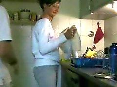 Huisvrouw wordt geneukt in de keuken