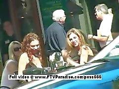 Heerlijke Prachtige lesbiennes zoenen in het openbaar