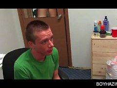 Menino de faculdade mal-humorado sacode-se em seu quarto de dormitório