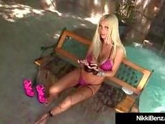 Busty Blonde Vixen Nikki Benz krossas av en stor hård kuk!