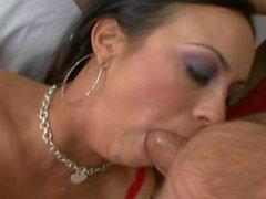 Big Tit Latina Schlampe liebt tief in den Hals beim Knebeln auf einem großen Schwanz