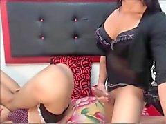 Zwei schöne Shemales Sex auf Nocken