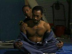 Zwei Ebenholz Jocks Streifen einander nackt für eine erotische Massage und Blowjob