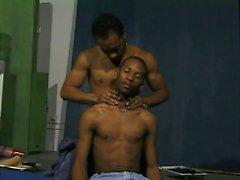 Two atleti ebano spogliare l'un l'altro nudo per un massaggio erotico e pompino