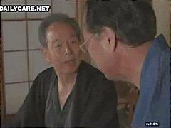 Masum Asya yarıklar yalama ve oynuyor azgın Japon erkekler