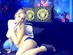 La blonde Kimberly profite de ses beaux gros seins