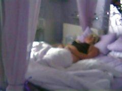 joven cogió Dedos en el en la cama de 3 en twistedworlds