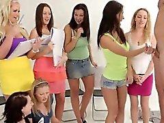 Klädd konst studenter förlöjligande nakenmodell