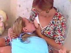 кормление грудью Пэйдж и Мария