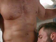 flip flop avec Muscle gay Ejaculation
