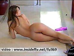 Mali _ Amador bebê posando e mostrando-nos o seu corpo incrível nua