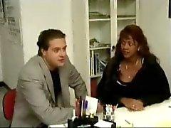 Vit doktorn ger en Anal Crempie till hans svarta gravid