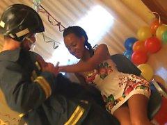 Ebano bellezza festeggia il suo 18 compleanno avendo bella scopata