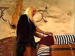 Belonde Herrin fickt ihren Sklaven