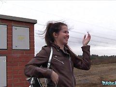 L'agent public Wet Russian se propage les jambes pour l'argent comptant