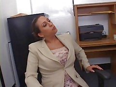 Hot Busty secretaris Alisandra Monroe geneukt in Office