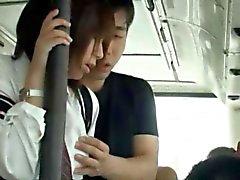 Nuttig Asiatisches Schätzchen bläst ihm in einem öffentlichen Bus