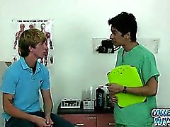 O menino bonito a faculdade começ molestada do médico da faculdade.