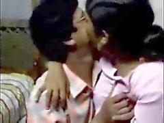Indischen Mann stellt mit einem Dienstmädchen und leckt Natürliche Brust