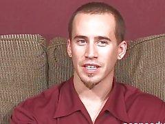 Pierced gay stud propone del corpo