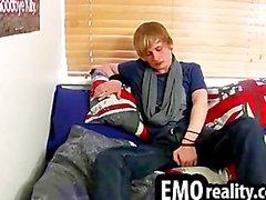 Молодой и treasing эмо подросток в его номере зачистки