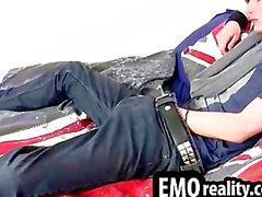 Junger und treasing emo jugendlich in seinem Raum Abtriebs