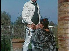 Mujer en Abrigo de piel se la follan