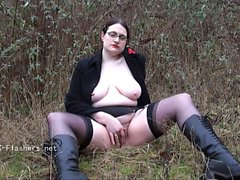 Amateur flasher Alyss outdoors
